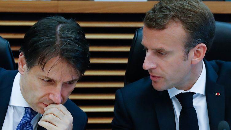 Emmanuel Macron et le président du Conseil italien, Giuseppe Conte (gauche), à Bruxelles (Belgique), le 24 juin 2018. (YVES HERMAN / AFP)