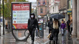 Un homme équipé d'un masque dans les rues de Nottingham (Royaume-Uni), le 9 octobre 2020. (OLI SCARFF / AFP)