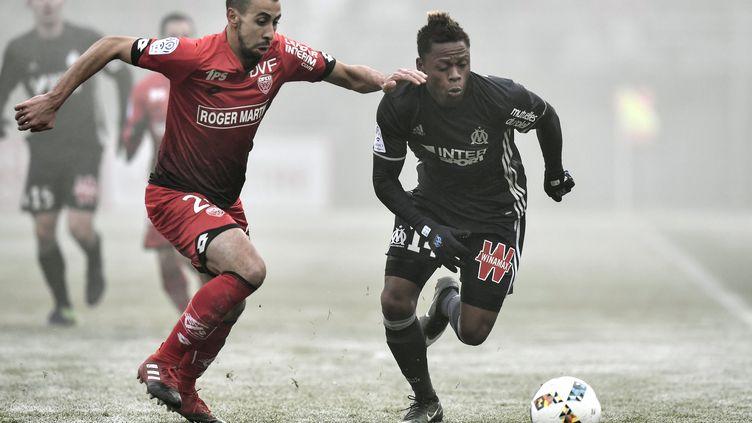 Au match aller, sur une pelouse gelée, les Marseillais s'étaient imposés (1-2) à Dijon. (JEFF PACHOUD / AFP)