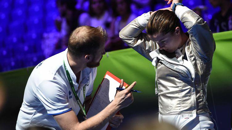 Cyril Verbrackel conseille Cécilia Berder avant sa montée sur la piste des championnats du monde. (BIZZI TEAM)