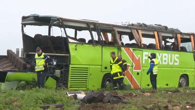 Un autocar de la compagnie FlixBus est sorti de sa trajectoire, dans un virage, sur l'autoroute A1 au niveau d'Estrées-Deniécourt (Somme), dimanche 3 novembre.Le bilan provisoire fait état de 29 blessés, dont quatre graves. (France 2)