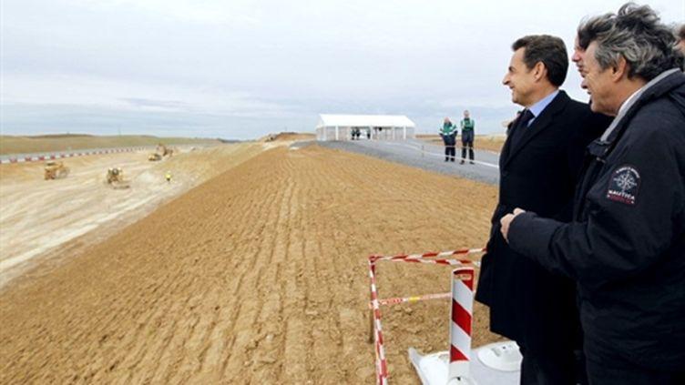 Le président Sarkozy (avec à sa gauche Jean-Louis Borloo) sur le chantier du canal Seine-Nord Europe (05/04/2011) (AFP/PASCAL ROSSIGNOL)