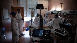 Un patient atteint du Covid-19 en soins critiques à l'hôpital Lyon-Sud (Rhône), le 7 avril 2021. (JEAN-PHILIPPE KSIAZEK / AFP)