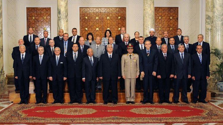 Photo officielle du nouveau gouvernement égyptien, prise le 16 juillet 2013 au Caire. (EGYPTIAN PRESIDENCY / AFP)