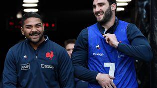 Peato Mauvaka plaisante avec Charles Ollivon avant une session d'entraînement au Stade de France, à la veille du match du XV de France de rugby contre l'Italie dans le Tournoi des six nations. (FRANCK FIFE / AFP)
