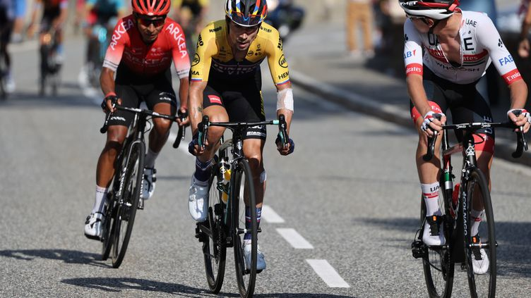 Parti à l'attaque, Tadej Pogacar n'a pas été chassé jusqu'au bout par Primoz Roglic et Nairo Quintana. (KENZO TRIBOUILLARD / AFP)