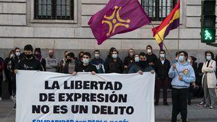 """Des manifestants réclament la libération du rappeur Pablo Hasel en brandissant une banderole """"La liberté d'expression n'est pas un délit"""", à Santander, en Espagne, le 20 février 2021. (JOAQUIN GOMEZ SASTRE / NURPHOTO)"""