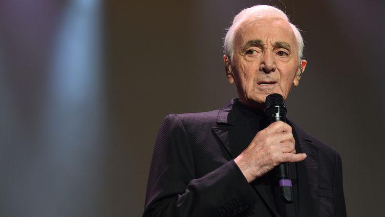 Charles Aznavour lors d'un concert à Bercy, à Paris, le 13 décembre 2017. (ERIC FEFERBERG / AFP)