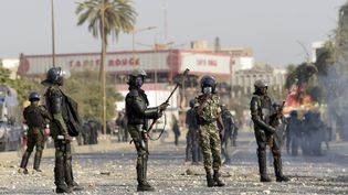Des gendarmes interviennent à l'Université de Dakar contre des manifestants le 4 mars 2021. (SEYLLOU / AFP)