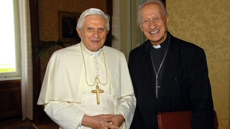 Le pape Benoît XVI et le cardinal français Roger Etchegaray en août 2006 à Rome. (AFP)