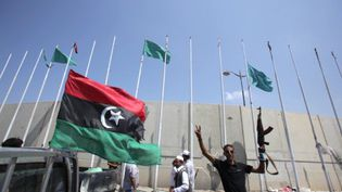 Les rebelles hissent leur drapeau sur le square Abou Salim de Tripoli, le 26 août 2011. (AFP - Patrick Baz)