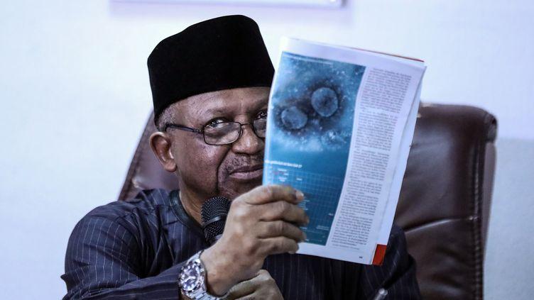 Le ministre nigérian de la SantéOsagie Ehanire montre la photo du nouveau coronavirus parue dans un magazine le 28 février 2020, alors qu'un premier cas était confirmé au Nigeria. (KOLA SULAIMON / AFP)