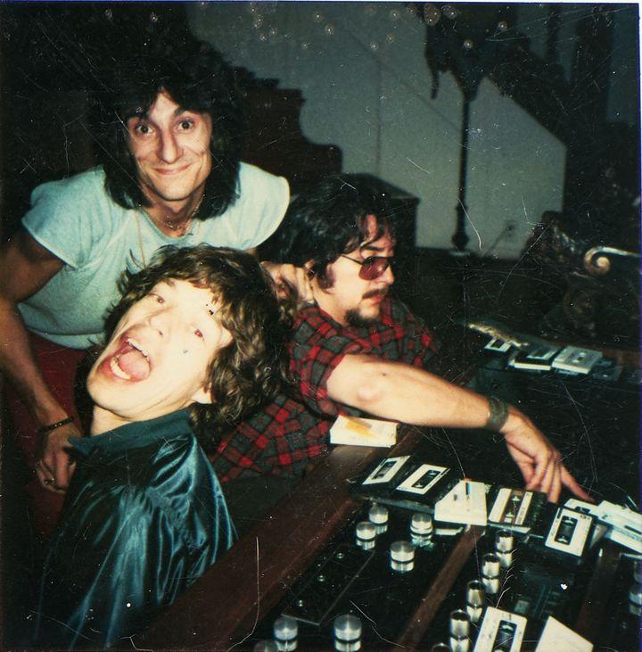 Ron Wood et Mick Jagger des Rolling Stones en studio avec le batteur Jim Keltner, dans le salon de la villades Wood à Mandeville Canyon, Los Angeles (Etats-Unis). (JOSEPHINE WOOD 2019)
