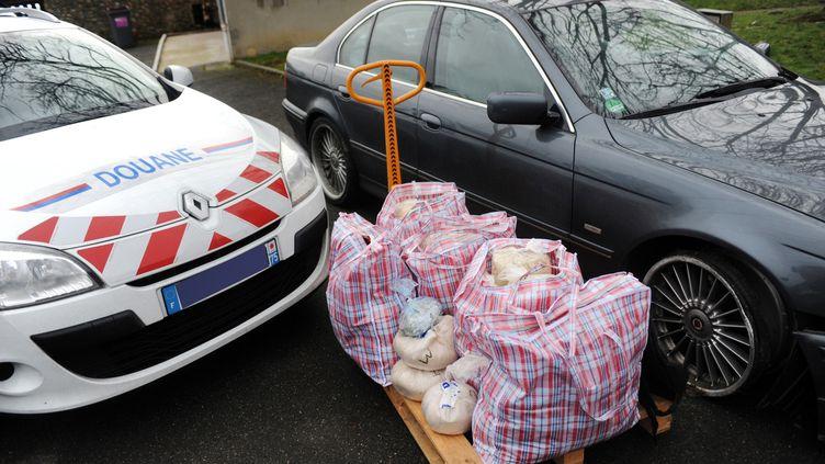 Une voiture chargée de drogue arrêtée en février 2011 sur l'A10, près d'Allainville (Yvelines), par les douanes françaises. (MARC BONODOT / DOUANE FRANCAISE)