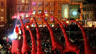 La compagnie Les girafes se produit au milieu de la foule à Lille (Nord), le 20 novembre 2004, lors de la grande parade de la fête de clôture de son année de capitale européenne de la culture. (FRANCOIS LO PRESTI / AFP)
