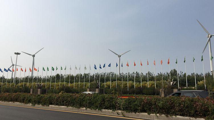Des éoliennes en lisière de l'écocité de Tianjin (Chine) (RADIO FRANCE / DOMINIQUE ANDRÉ)