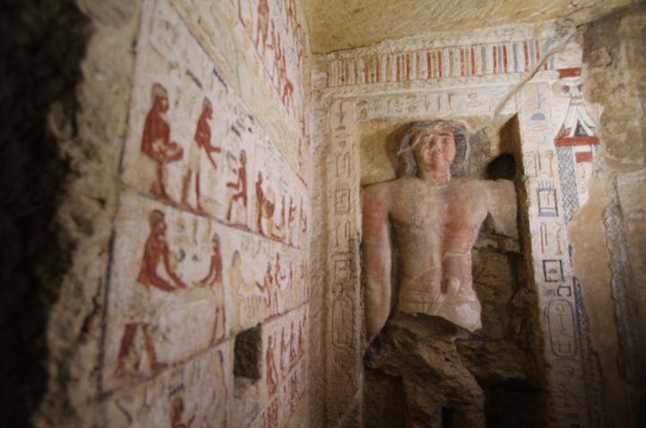 Une statue dont la moitié supérieure est étonnamment bien conservée, à l'intérieur de la tombe de Saqqara présentée le 15 décembre 2018  (Ahmed Al Sayed / Anadolu Agency)