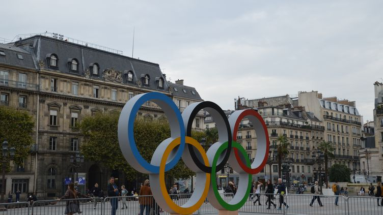 Les anneaux olympiques installés à l'extérieur de l'Hôtel de ville à Paris, le 18 octobre 2017. (CITIZENSIDE / AFP)