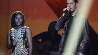 Grand Corps Malade en duo avec la chanteuse nigériane Asa,lors des Victoires de la musique, le 14 février 2014, au Zénith de Paris. (BERTRAND GUAY / AFP)