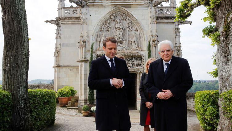 Le président français Emmanuel Macron (à gauche) et le président italien Sergio Mattarella (à droite) reviennent après avoir visité la chapelle Saint-Hubert au château d'Amboise (Indre-et-Loire) pour commémorer le 500e anniversaire de la mortde Léonard de Vinci, le 2 mai 2019. (PHILIPPE WOJAZER / POOL)