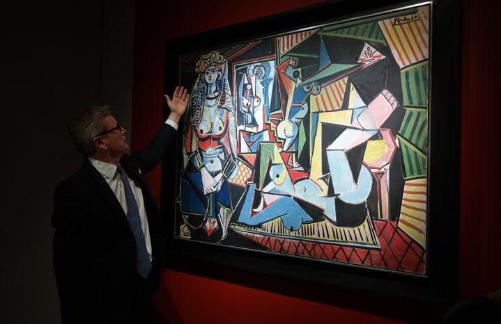 """Jussi Pylkkanen, le président de Christie's montrant le tableau de Picasso """"Les Femmes d'Alger (version O)"""".  (SELCUK ACAR / ANADOLU AGENCY)"""