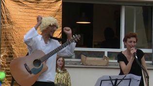 A 20h02 après les applaudissements pour les soignants, les habitants quartier de Lyon (Rhône) se réunisse pour profiter en musique. Ils choisissent chaque jour une nouvelle chanson pour animer la soirée. (France 3)
