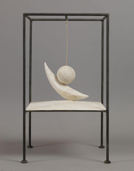 "Alberto Giacometti, ""Boule suspendue"",1931 (version de 1965), plâtre et métal. (FONDATION GIACOMETTI / JEAN-PIERRE LAGIEWSKI)"