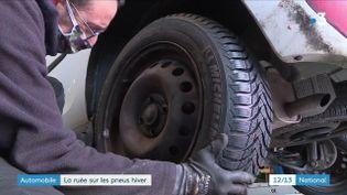 Avec le mauvais temps et les premiers flocons de neige, les Français se ruent sur les pneus hiver. Un phénomène qui se confirme dans un garage de Bourgogne, où se sont rendues les équipes de France 3, lundi 4 janvier. (France 3)