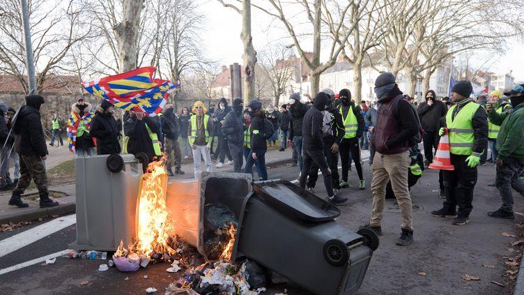 """Des poubelles brûlées lors de la manifestation des """"gilets jaunes"""" à Dijon (Côte-d'Or), le 9 février 2019. (MAXPPP)"""