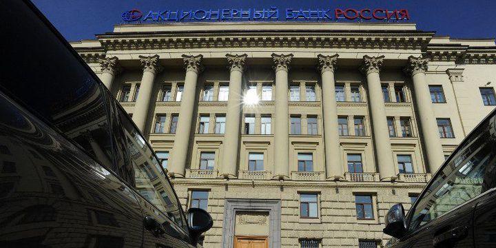 Devant le siège de la Bank Rossia à Saint-Pétersbourg, le 4 avril 2016. (Olga Maltseva / AFP)