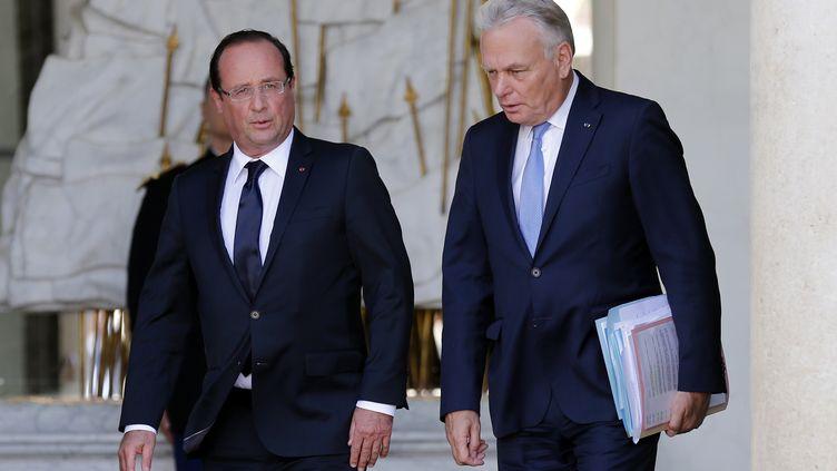 Le président de la République, François Hollande, et le Premier ministre, Jean-Marc Ayrault, à l'issue du séminaire gouvernemental de rentrée, le 19 août 2013 à l'Elysée, à Paris. (BENOIT TESSIER / REUTERS)