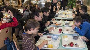Un petit-déjeuner à la cantine dans une école, à Vihiers (Maine-et-Loire). (JEAN-MICHEL DELAGE / HANS LUCAS / AFP)