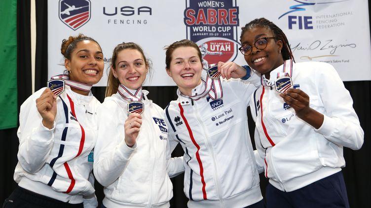 L'équipe de France féminine (de gauche à droite :Margaux Rifkiss, Manon Brunet, Cécilia Berder, Sarah Noutcha), pose avec sa médaille d'or à la coupe du monde de de sabre en équipe, le 26 janvier 2019 à Salt Lake City aux Etats-Unis. (GETTY IMAGES)