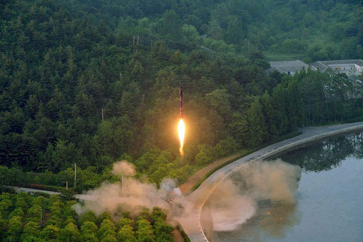 Photo d'un test de missile balistique diffusée le 30 mai 2017 par l'agence officielle nord-coréenne KCNA. Le lieu exact de ce décollage est inconnu. (STR / KCNA VIA KNS)