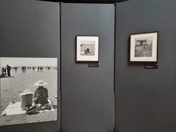 """La photo """"Les Sables d'Olonne, août 1959"""" accrochée dans l'exposition """"Allons voir la mer avec Doisneau"""" au Musée maritime de La Rochelle (ATELIER ROBERT DOISNEAU / TOUS DROITS RESERVES)"""