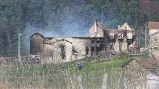 Les décombres incendiés de la maison où sont intervenus les trois gendarmes tués par un forcené à Saint-Just (Puy-de-Dôme), le 23 décembre 2020. (SYLVAIN THIZY / AFP)