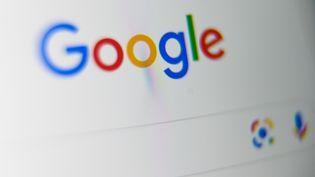 Le logo de Google sur l'écran d'une tablette, le 3 septembre 2019. (DENIS CHARLET / AFP)