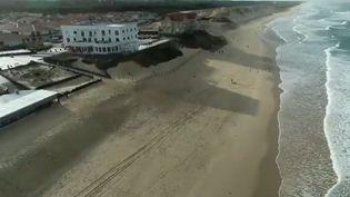 Le grand hôtel de la plage, bâtiment emblématique de la ville de Biscarrosse (Landes), va-t-il devoir être déplacé plus loin dans les terres ? Il est en effet sous le coup d'un arrêté administratif, mais son propriétaire se bat pour conserver son emplacement unique. (CAPTURE ECRAN FRANCE 2)