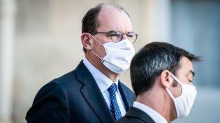 Le Premier ministre, Jean Castex, sort du Conseil des ministres du 4 novembre 2020 en compagnie du ministre de la Santé, Olivier Véran. (XOSE BOUZAS / HANS LUCAS / AFP)
