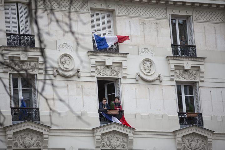 Des drapeaux français sont accrochés aux fenêtres d'immeubles parisiens, après les attentats du 13-Novembre, le 29 novembre 2015. (MAXPPP)