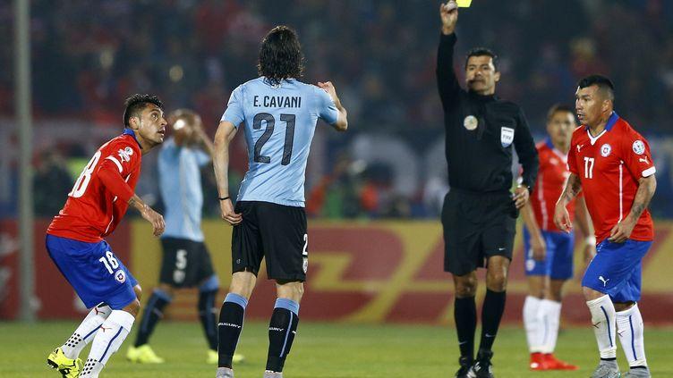 L'arbitre Sandro Ricci adresse un second carton jaune à Edinson Cavani, en quart de finale de la Copa America, à Santiago (Chili), le 24 juin 2015. (IVAN ALVARADO / REUTERS      )