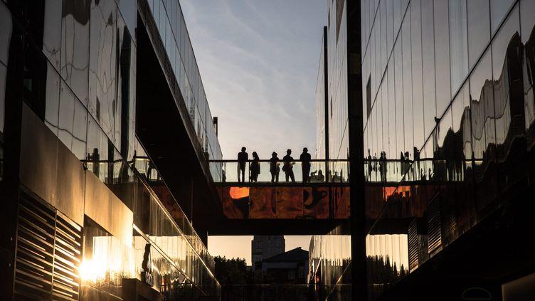 """Des Chinoisse promènent dans la zone commerciale de Sanlitun pendant les jours fériés de la """"Semaine d'or"""", à Pékin, en Chine, le 4 octobre 2020. (ROMAN PILIPEY / MAXPPP)"""