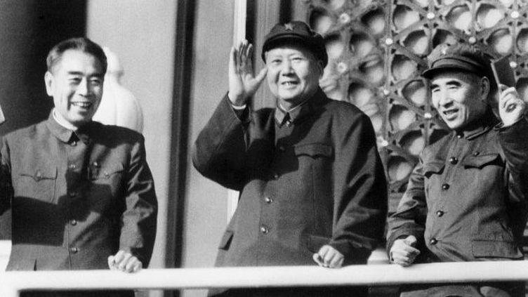 Le Premier ministre Zhu Enlai, le président Mao Tsé-Toung et le ministre de la Défense Lin Biao, place Tien Anmen en octobre 1967, en pleine Révolution culturelle. Les deux ministres brandissent un petit livre rouge des pensées de Mao. Lin Piao, incarnant la gauche de cette lutte mortelle à la tête du PC chinois, disparaît en 1971, officiellement dans un accident d'avion...