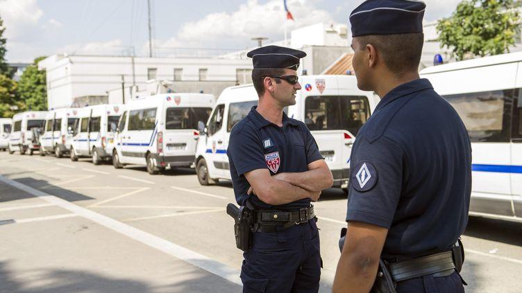 Des CRS en faction à Trappes (Yvelines), le 21 juillet 2013, au surlendemain des échauffourées déclenchées par le contrôle d'identité d'une femme voilée. (MAXPPP)