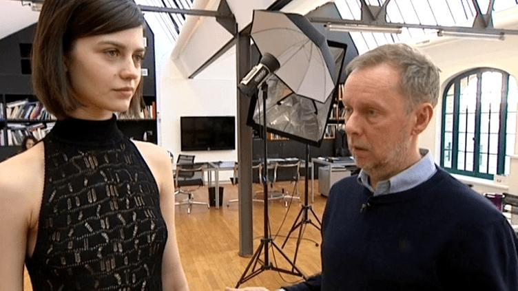 Bill Gaytten, le Directeur artistique de la maison Galliano et son modèle qui porte une robe fabriquée par World Tricot  (France 3 / Culturebox)