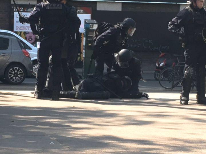 Un CRS à terre après avoir été blessé par un tir de projectile près de la place de la Bastille, à Paris, lors de la fête à Macron, le 5 mai 2018. (CLEMENT LE GOFF / FRANCE 2)