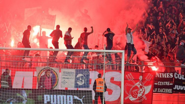Des supporters nimois lors d'un match contre l'OL, le 24 mai 2019. (PASCAL GUYOT / AFP)