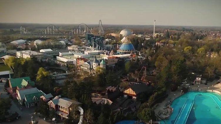 Certains parcs d'attractions ont recommencé à accueillir du public. À la frontière franco-allemande, Europa-Park a ouvert vendredi 21 mai avec un protocole sanitaire assez strict. (FRANCE 2)