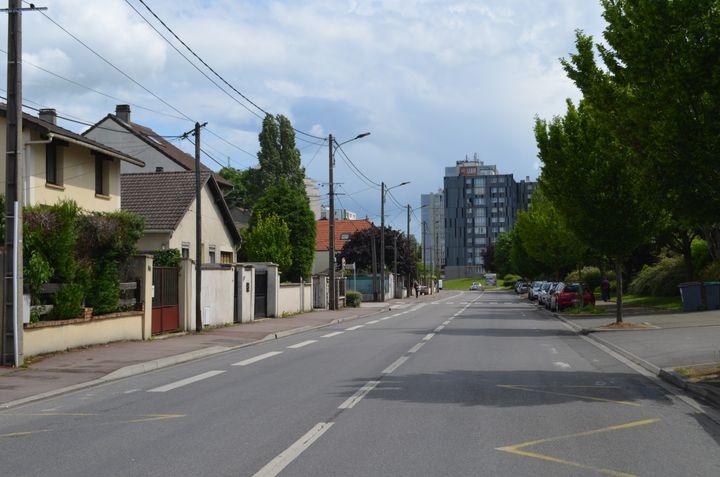 A Tremblay-en-France, la ville est divisée entreleszones pavillonnaires et les quartiers composés d'immeubles. (CAMILLE ADAOUST / FRANCEINFO)
