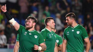 Les Irlandais célèbrent leur victoire face aux Samoa en Coupe du monde de rugby, le 12 octobre 2019 à Fukuoka (Japon). (GABRIEL BOUYS / AFP)